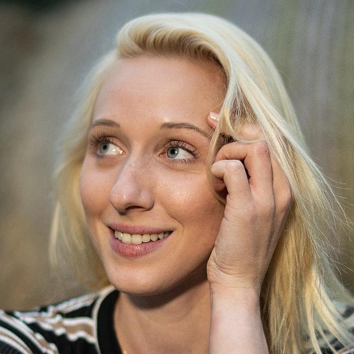 A sudár mosonmagyaróvári naiva – Rujder Vivien portréja